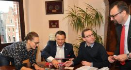 Toruńscy politycy świecą przykładem. Tak bawili się w Urzędzie Miasta [FOTO]